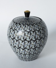 写真:Covered jar with a geometrical pattern
