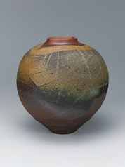 写真:Bizen jar with net pattern.
