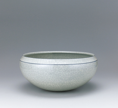 写真:Bowl with brown-colored buncheong.