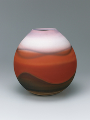 写真:Unglazed, high-fired red jar with kiln mutation effect.