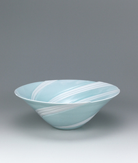 写真:White porcelain with pale blue glaze and current design.