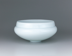 写真:White porcelain flower vessel with pale blue glaze.
