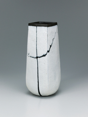 写真:Square vase with white glaze and trailed glaze decoration.