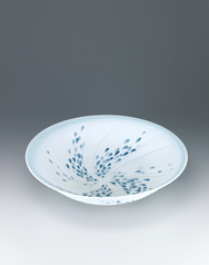 写真:Bowl with matte glaze and drop design.
