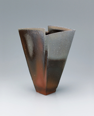 写真:Bizen flower vessel with wide mouth.