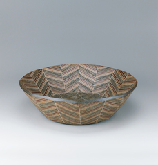写真:Octagonal bowl with colored slip inlay decoration.