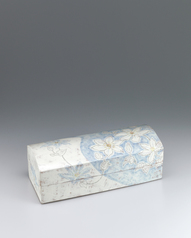 写真:Box with kazaguruma design in chalk drawing.