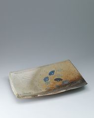 写真:Dish covered with ash and painted decoration.