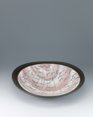 写真:Large dish with brilliant glaze and wave design.