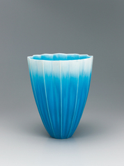 写真:Flower vessel with blue glaze.