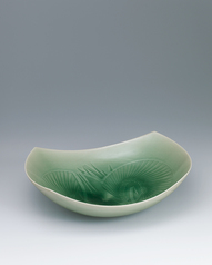 写真:Square bowl with celadon glaze and wheat design.