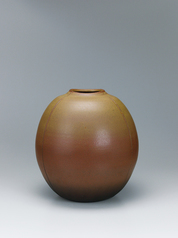 写真:Agano jar with iron brown glaze.