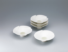 写真:Set of white porcelain bowls.