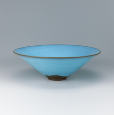 "写真:Bowl with ""blue moon"" glaze."