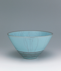 写真:Bowl with celadon glaze and carved circle design.
