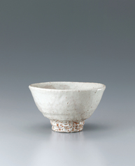 写真:Hagi tea bowl covered with white slip.