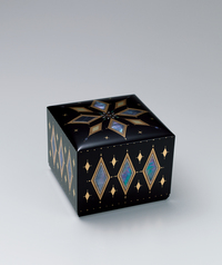 "写真:Box with design in mother-of-pearl inlay, kirikane and makie. ""Numerous flowers"""