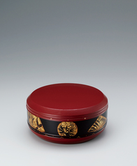 写真:Food box of shitai coated with red urushi.
