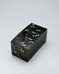 "写真:Box with design in makie and chinkin. ""Breeze from the brook"""
