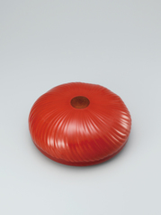写真:Covered vessel of kanshitsu in shape of chrysanthemum flower coated with red urushi.