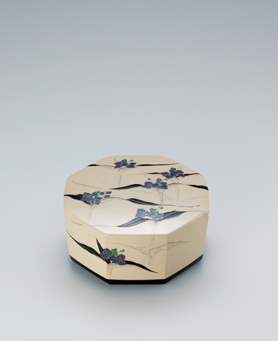 """image Kanshitsu box with design in mother-of-pearl inlay and makie. """"Morning dew"""""""