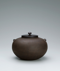 写真:Tea ceremony kettle of hiramaru style with flowing line design.