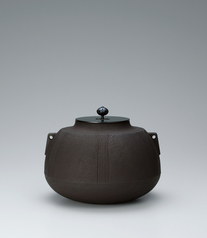 写真:Tea ceremony kettle with flared mouth and depressions made by secondary lathing.