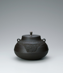 "写真:""Fuji"" tea ceremony kettle with rough surface texture."