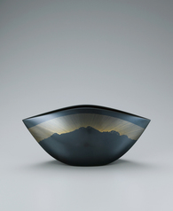 "写真:Flower vessel of cast black bronze with design in inlay. ""Blue of this sky"""