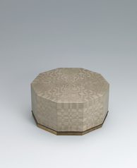写真:Decagonal box of jindai cedar wood with marquetry decoration.