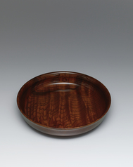 写真:Vessel of zelkova wood finished in wiped urushi.