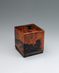 写真:Square box of black-streaked persimmon wood coated with red urushi.