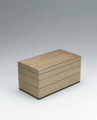 写真:Tiered box of jindai cedar wood.