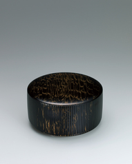写真:Covered food vessel of horse chestnut wood finished in wiped urushi.