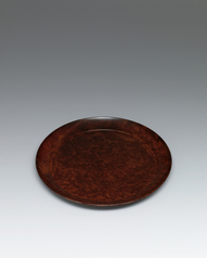 写真:Circular tray Chinese quince wood finished in wiped urushi.