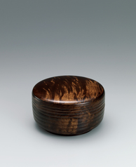 写真:Covered food vessel of maple wood with distinct grain pattern.
