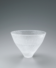 写真:Cut glass bowl with line design.