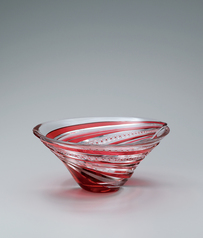 "写真:Cased glass bowl with incised decoration. ""Make a round"""