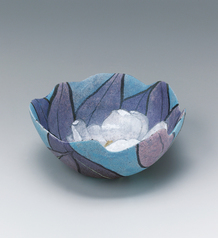 写真:Bowl with evergreen magnolia design in fabric texture style.
