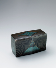 写真:Box with diamond design in aogai and makie.