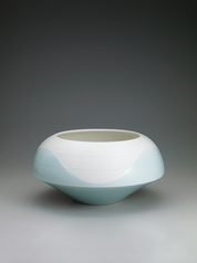 写真:White porcelain bowl with pale blue glaze and line design.