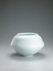 写真:White porcelain faceted jar with glaze in kakewake style.
