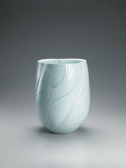 "写真:White porcelain flower vessel with pale blue glaze. ""Flame"""