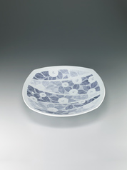 写真:Bowl with matte glaze and camellia design in washizome.