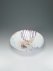 写真:Large dish with salt glaze and marbled design.