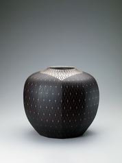 写真:Vessel with black diamond design and platinum decoration.