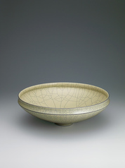 写真:Brown-colored bowl.