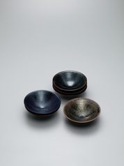写真:Set of bowls with tenmoku glaze in six hues.