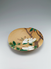 "写真:Large flower-shaped bowl with underglaze iron painting and glaze in kakewake style. ""Evergreen magnolia"""