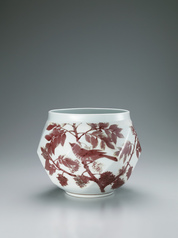 写真:Jar with brown-eared bulbul, grape and wax tree design in underglaze red.